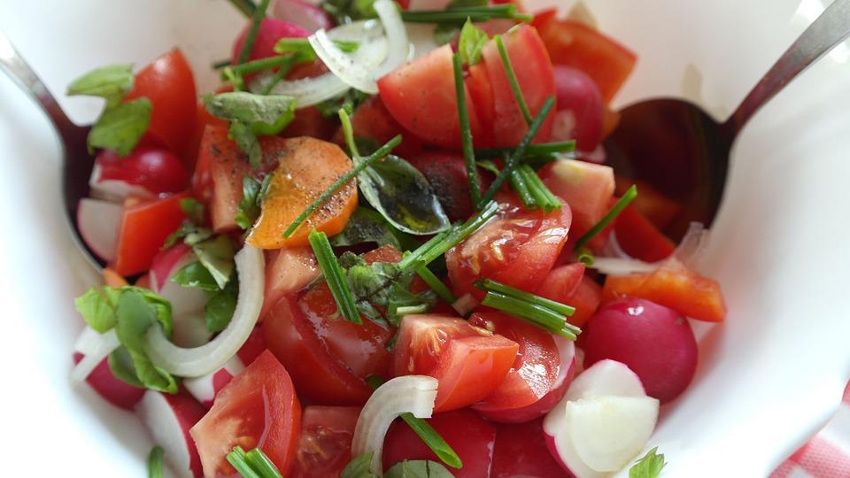Pomidorų ir agurkų salotos su grietine