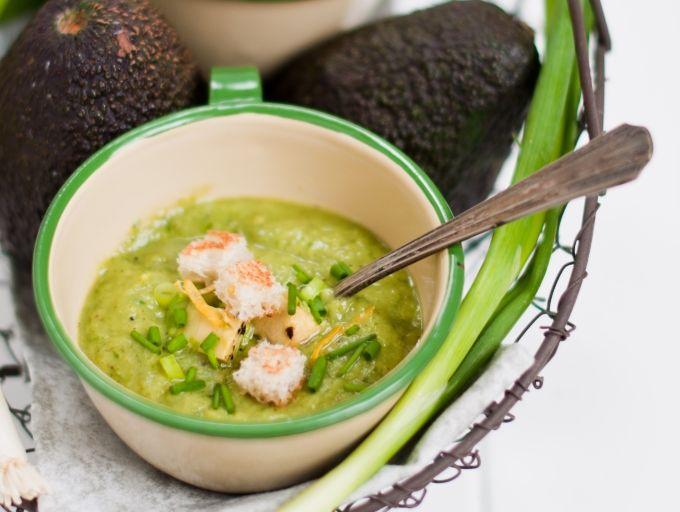 Šalta keptų avokadų ir agurkų sriuba