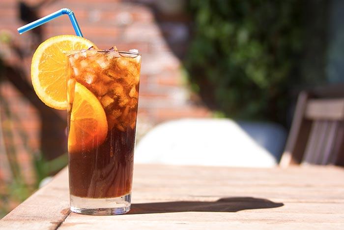 Gaivi šalta kava su apelsinais ir agavų sirupu