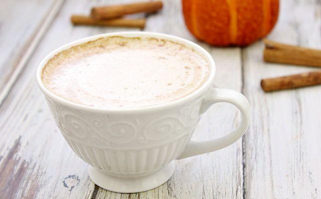 Kava su pienu ir moliūgų sirupu
