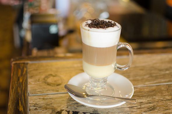 Skaniausia trisluoksnė šalta kava