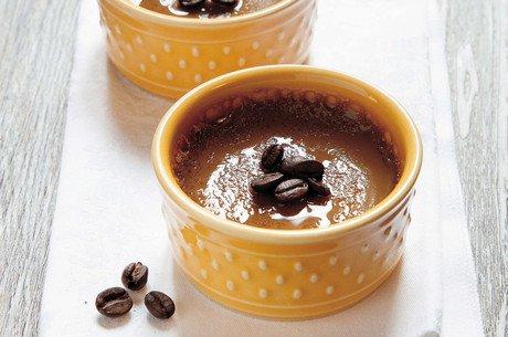 Kavos desertas dubenėlyje
