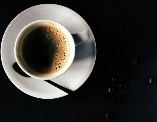 juoda-kava-su-kailinukais