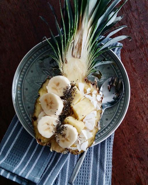 Pusryčiai ananaso lėkštėje