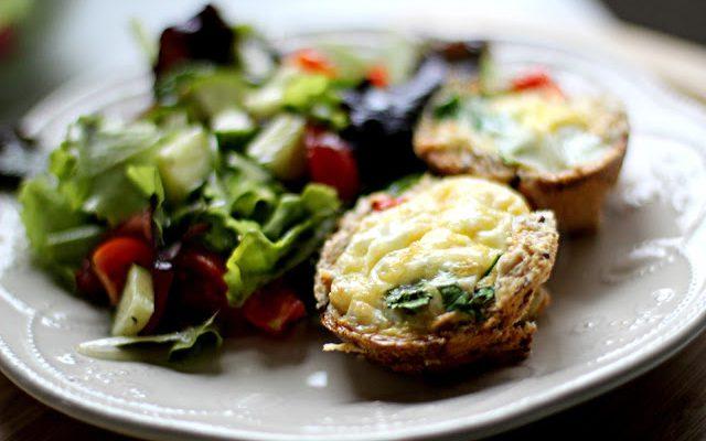 Duonos krepšeliai su daržovėmis ir kiaušiniu