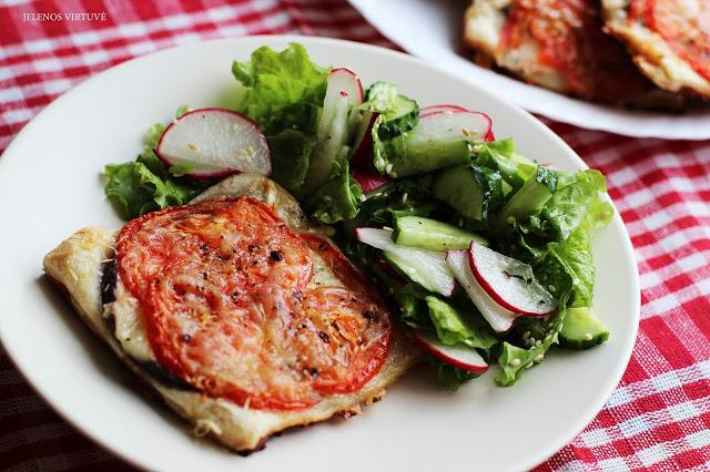 Pyragas su pomidorais, baklažanais ir ožkos sūriu