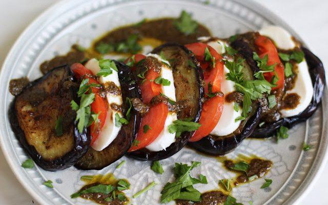Salotos su keptu baklažanu, mocarella ir pomidorais