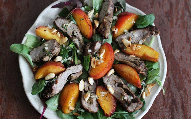 Labai skanios salotos su antiena ir keptais nektarinais