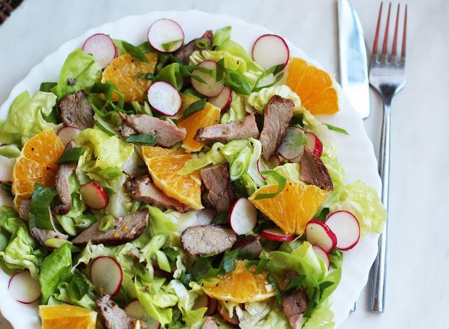 Gaivios salotos su antienos steiku ir apelsinais