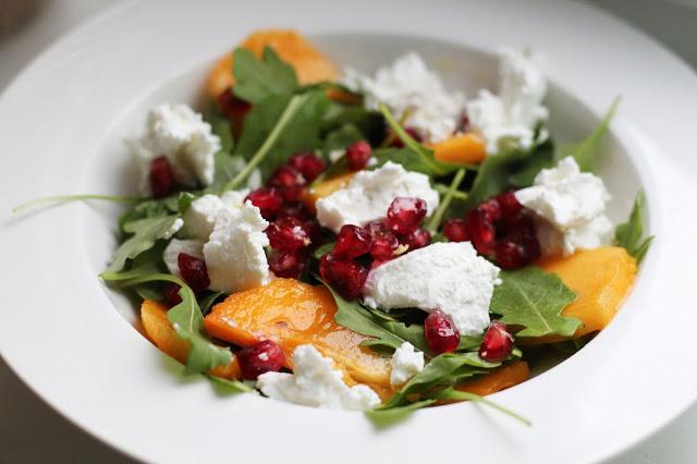 Gaivios salotos su persimonu ir ožkos sūriu