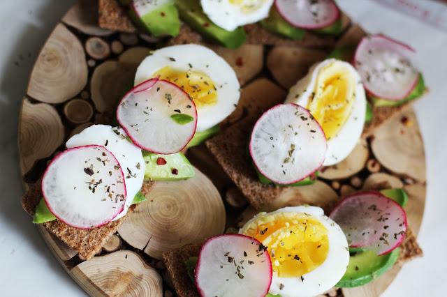 Traškios duonelės sveiki pusryčių sumuštinukai