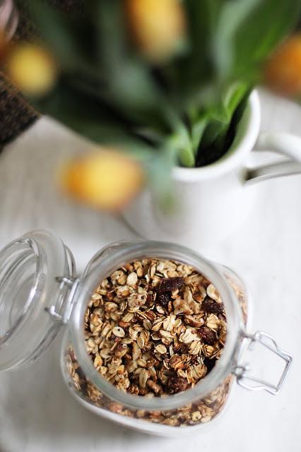 Naminė sveikuoliška granola su obuoliais ir cinamonu