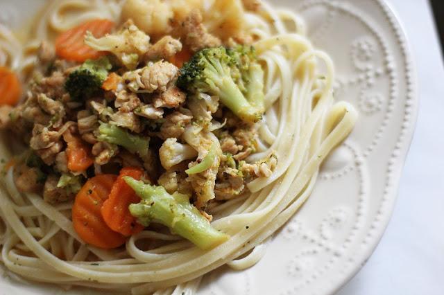 Kalakutienos troškinys su daržovėmis ir makaronais
