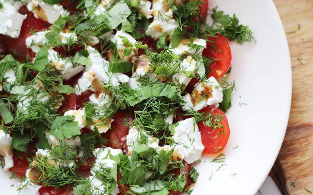 Pomidorų salotos su feta ir žalumynais