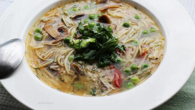 Miso sriuba su noodles makaronais ir pievagrybiais