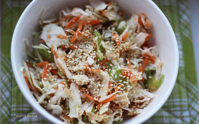 Kopūstų salotos su sezamo sėklomis ir salierais