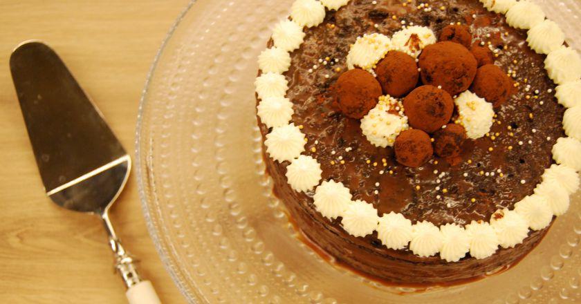Šokoladinis tortas su sūrio pyrago sluoksniu