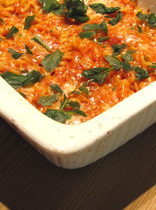 Kepti makaronai su pomidorais, mocarela ir baziliku