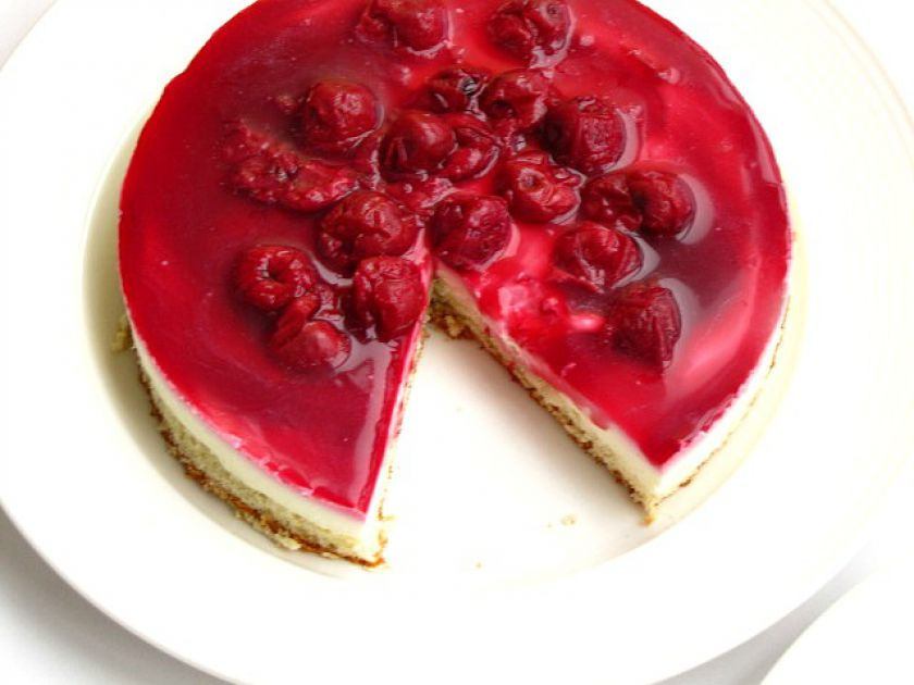 Biskvitinis pyragas su maskarponės sūriu ir vyšniomis