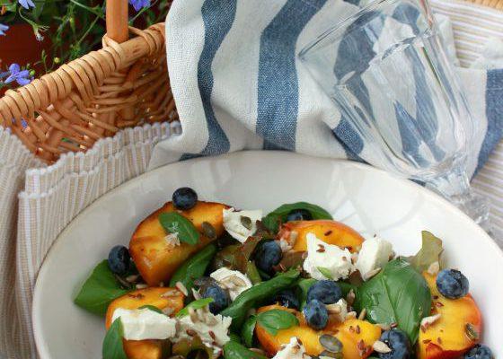 Salotos su keptais persikais, ožkos sūriu, bazilikais ir uogomis