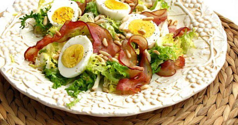 Salotos su kiaušiniais, šonine ir riešutais