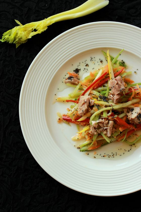 Daržovių salotos su tunu ir aguonų užpilu
