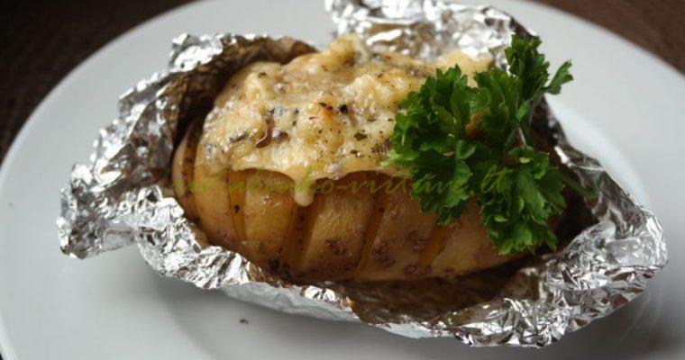 Orkaitėje keptos bulvės su česnakais ir pelėsiniu sūriu