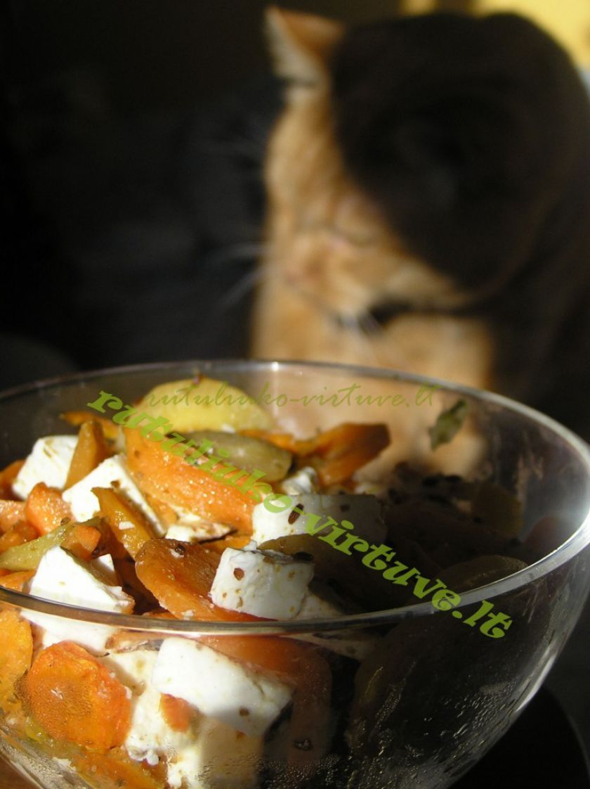Šiltos morkų salotos su feta sūriu