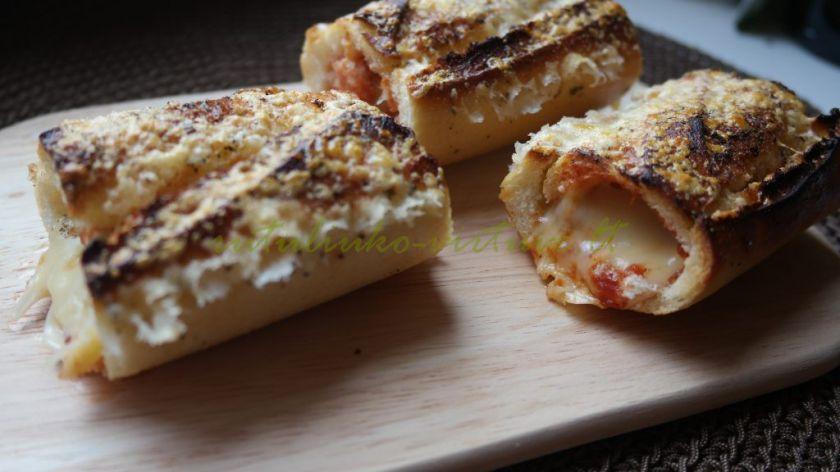 Kitokie karšti sumuštiniai – orkaitėje keptas batonas, įdarytas vištiena ir sūriu