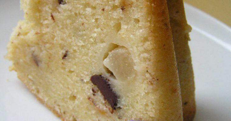 Keksas su šokolado gabaliukais ir konservuotais vaisiais