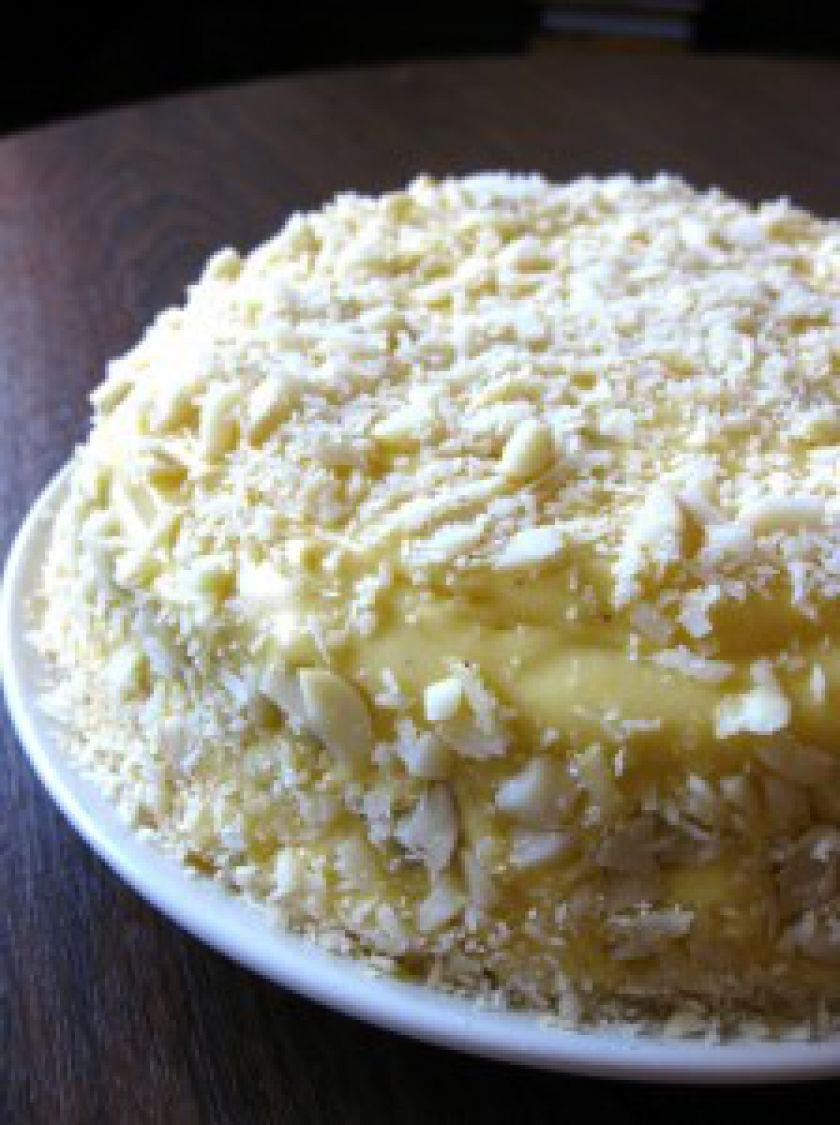 Baltojo šokolado ir burokėlių pyragas su makadamijomis