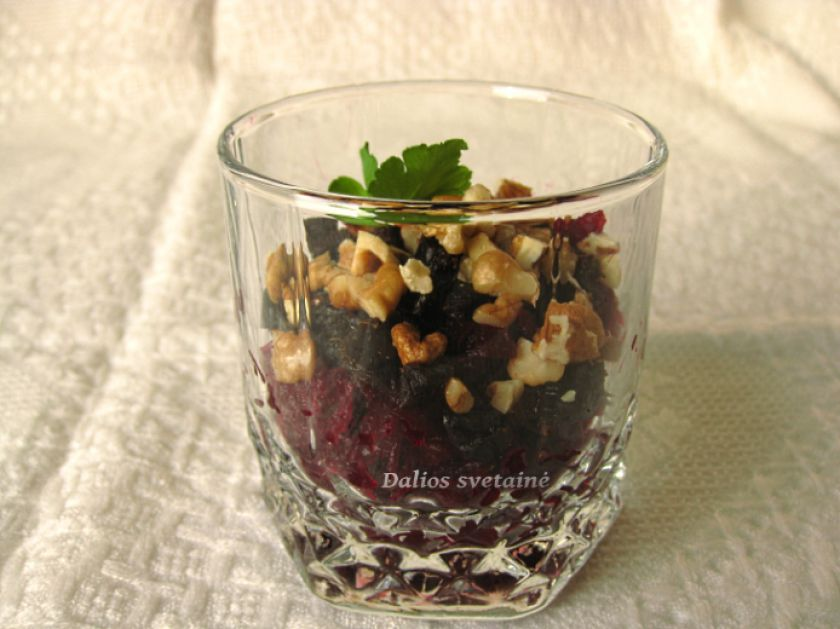 Burokėlių salotos su riešutais ir džiovintomis slyvomis