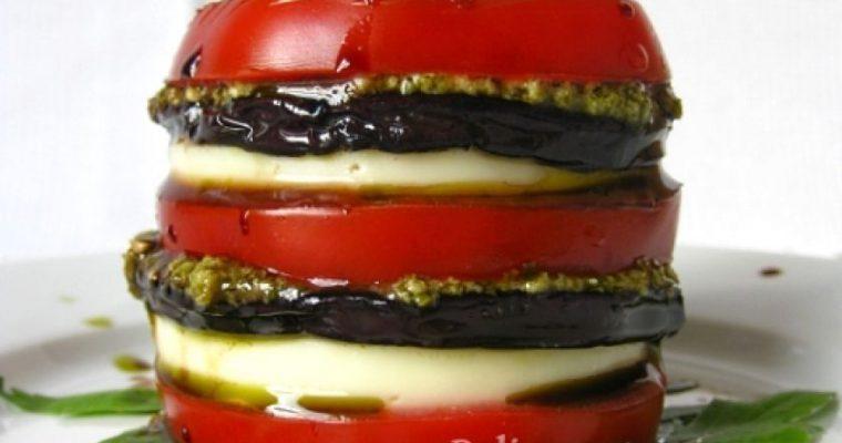 Pomidorų bokšteliai su baklažanais, mocarela ir pesto