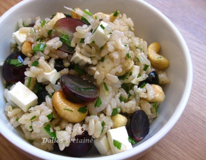 Rudųjų ryžių, vynuogių ir fetos salotos