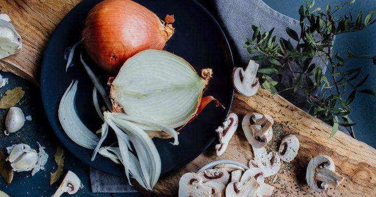 3 patiekalų receptai, kurių žvaigždė – svogūnas